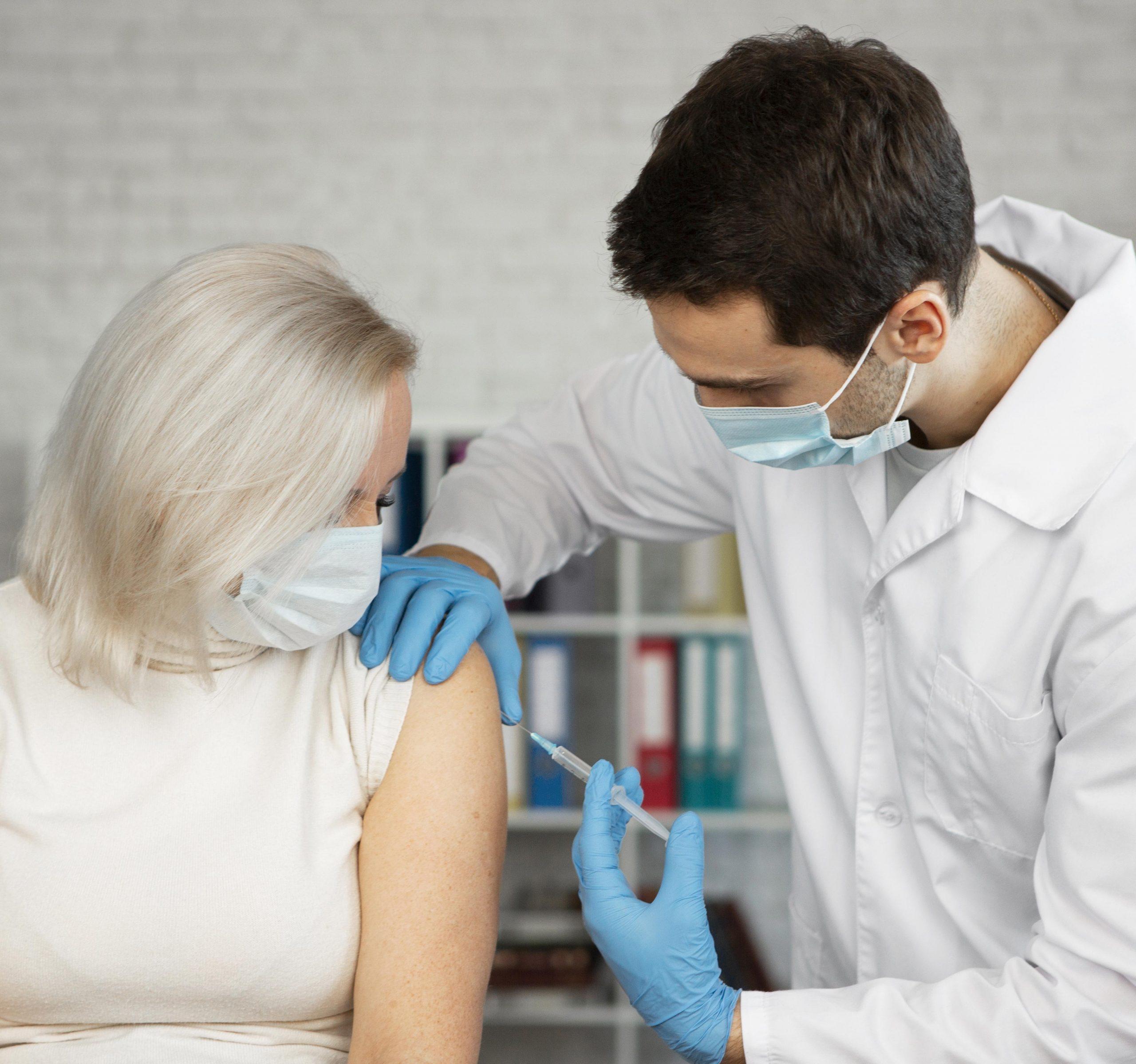 Capital paulista incluiu profissionais de laboratórios e clínicas de imagem na prioridade para vacinação